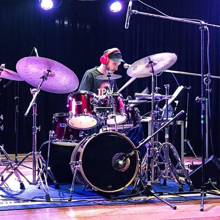 Douglas Maiochi é professor de bateria na EM&T School of Rock