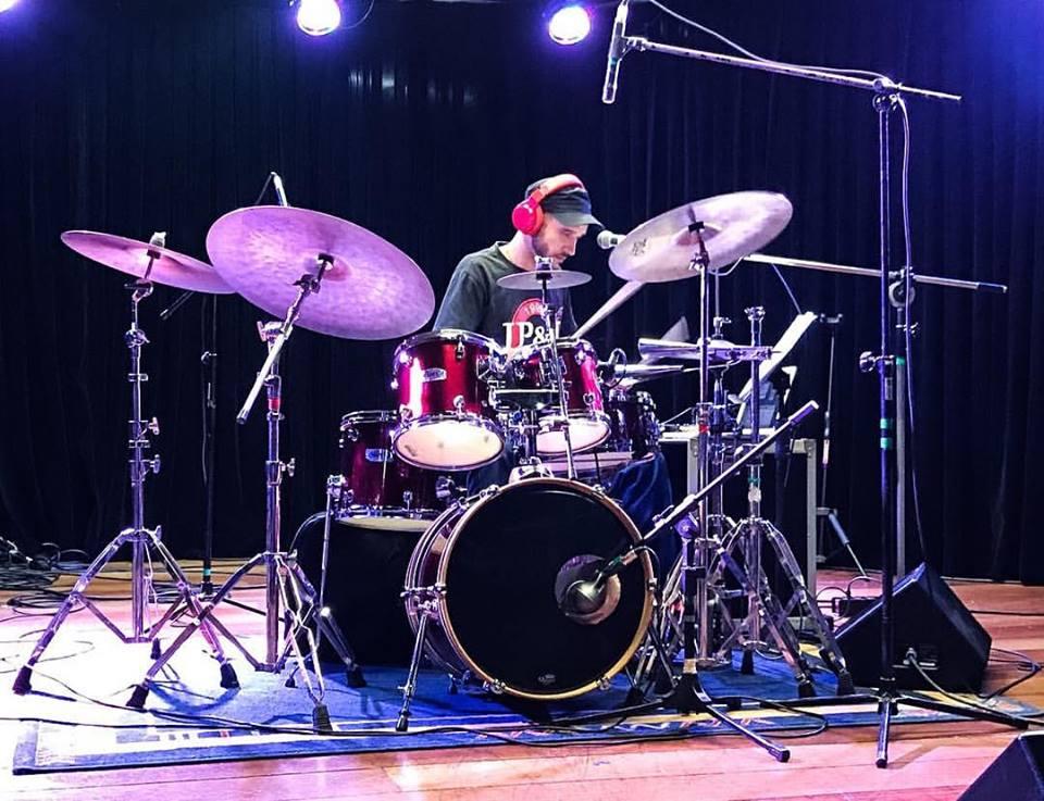 Douglas Maiochi é professor de bateria na EM&T