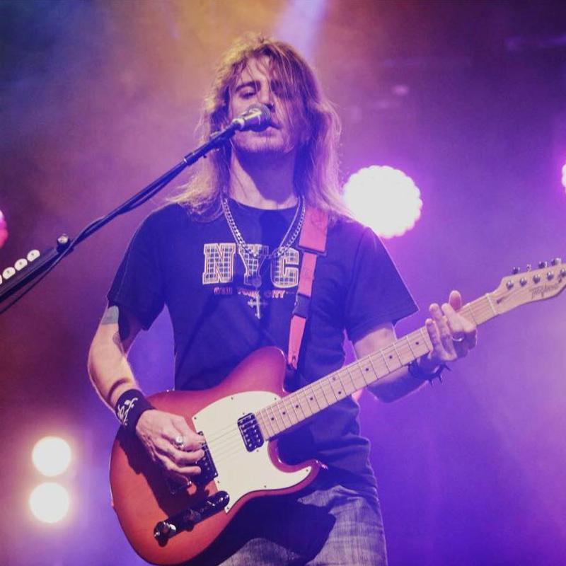 Fabiano Carelli é professor de guitarra na EM&T School of Rock
