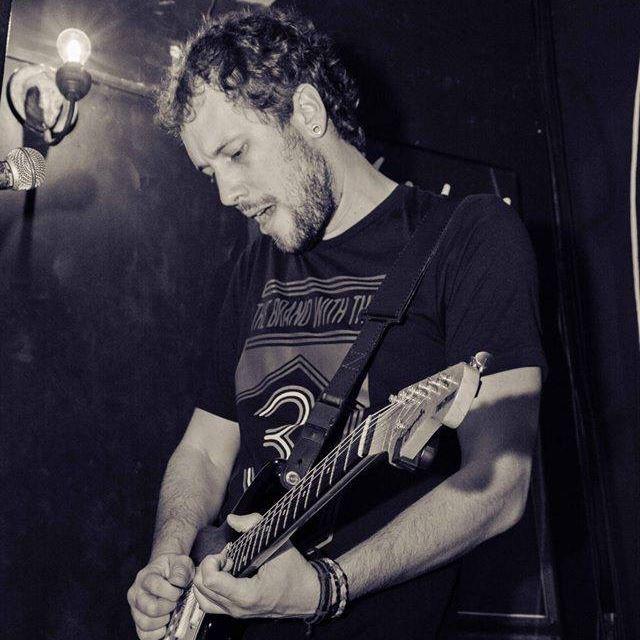 Fernando Penteado é professor de guitarra na EM&T