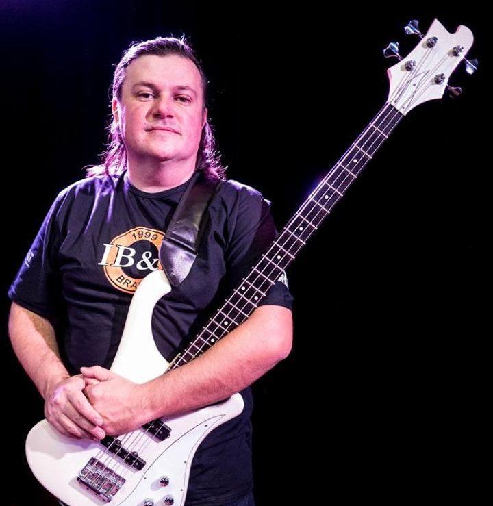 Fernando Tavares é professor de baixo na EM&T School of Rock