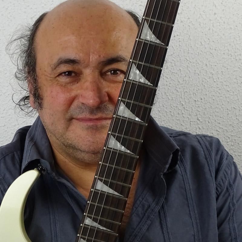 Joe Moghrabi é professor de guitarra na EM&T School of Rock.