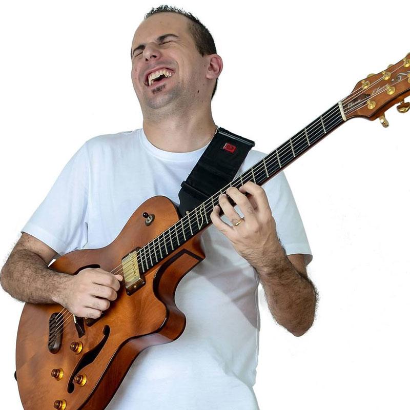 Michel Caramelo é professor de guitarra na EMT School of Rock