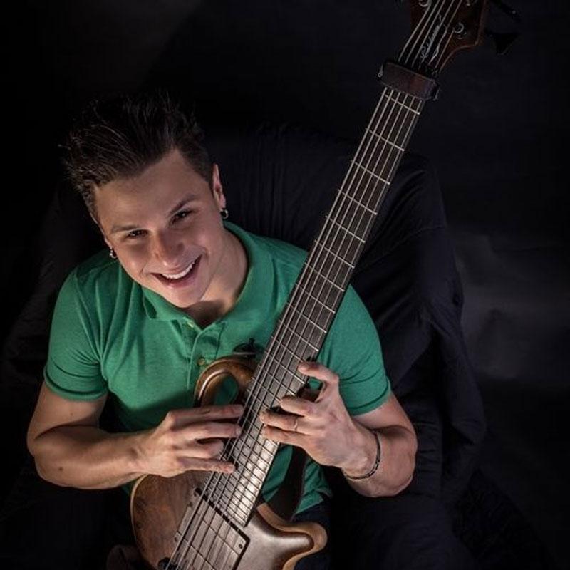 Ricardinho Paraiso é professor de baixo na EM&T School of Rock