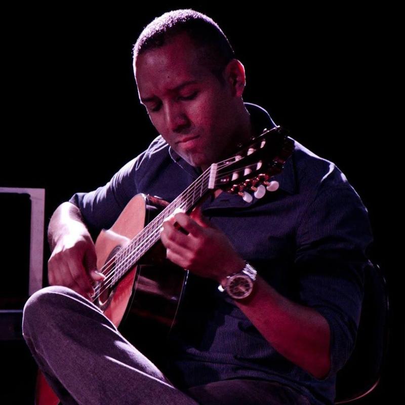 Ricardo Fonseca é professor de violão na EM&T School of Rock.