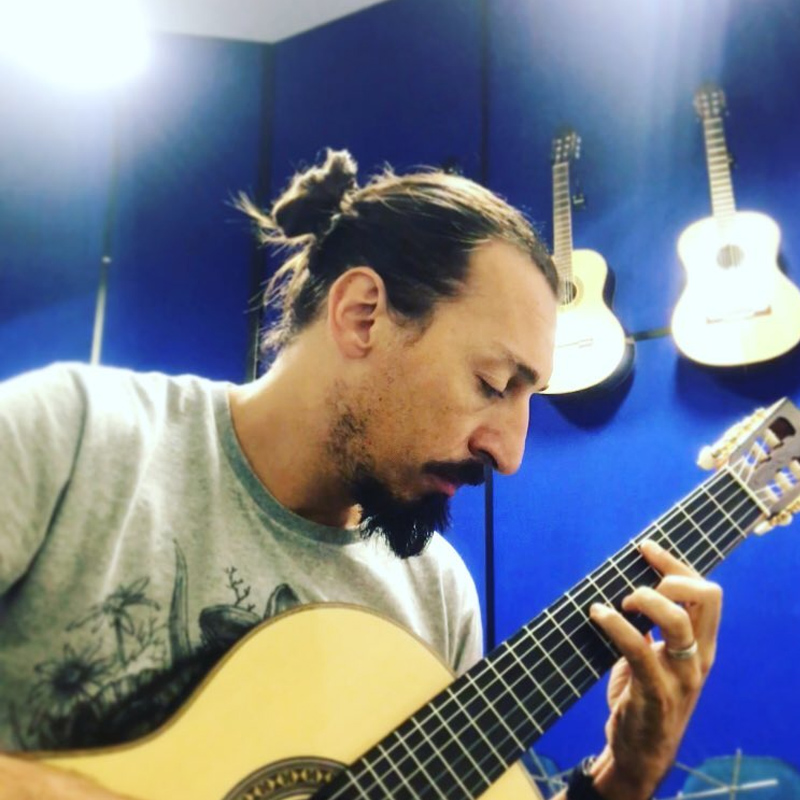 Ronaldo Dias é professor de violão da EM&T School of Rock.