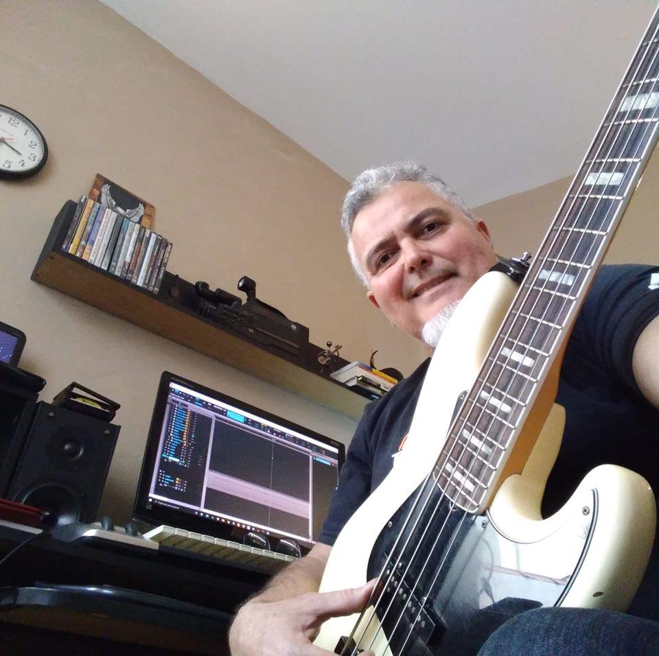 Zé Renato Tavares, professor de baixo na EM&T School of Rock.