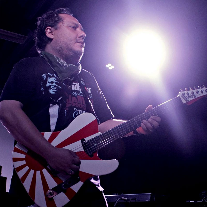 Marcio Okayama é professor de guitarra na EM&T School of Rock