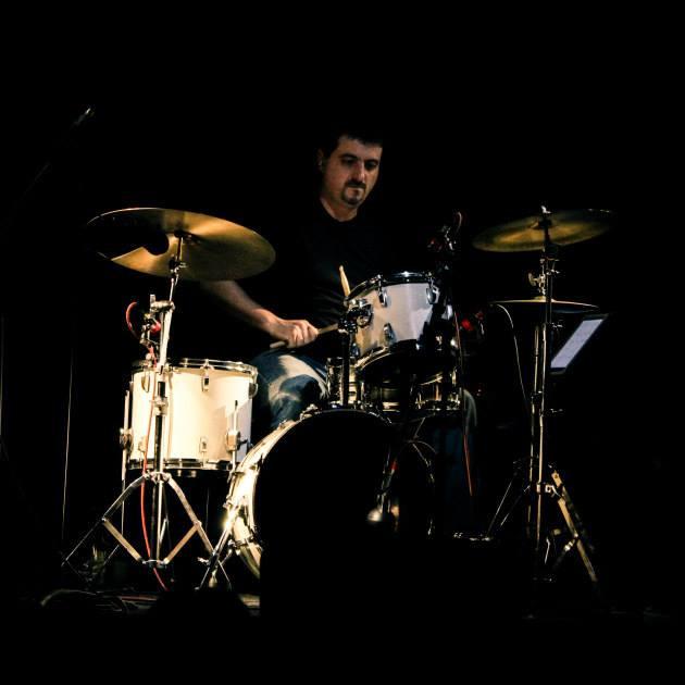 Caio Dohogne, professor de bateria na EM&T School of Rock