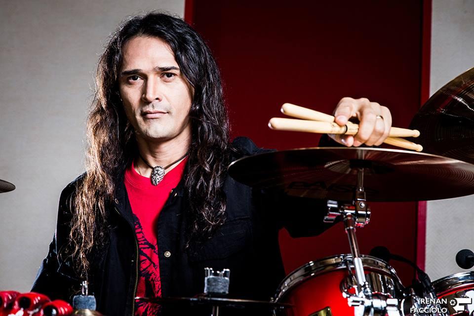 O baterista Aquiles Priester está no time da EM&T Online