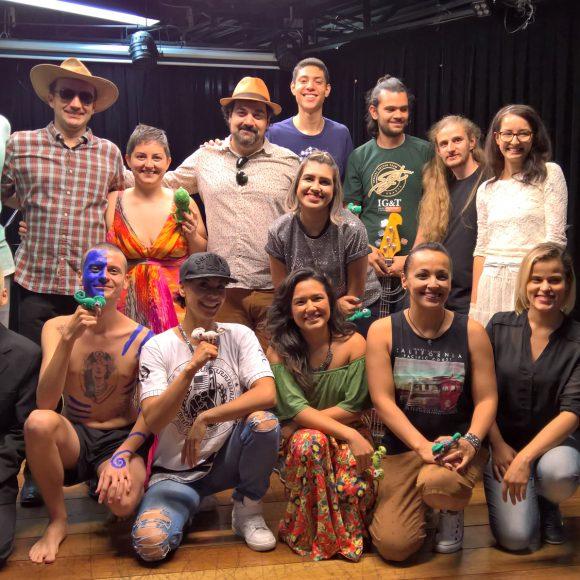 Alunos interpretam ídolos: Os camaleões da professora Paula Caju