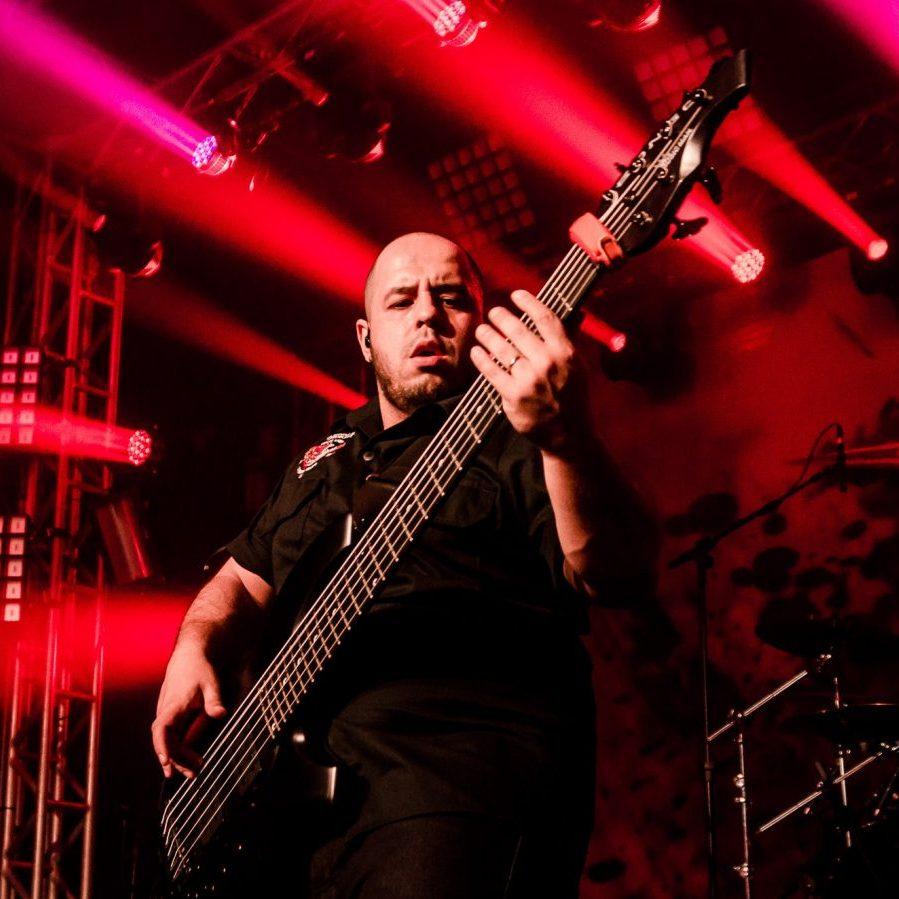 Alexandre Panta é professor de baixo na EMT School of Rock