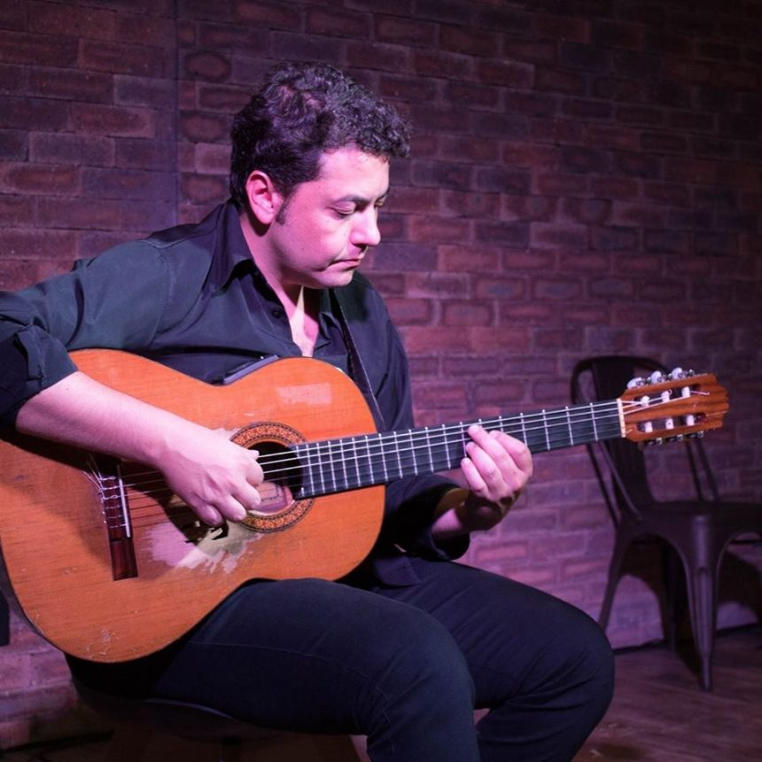 Dudu Sales é professor de violão na EM&T School of Rock