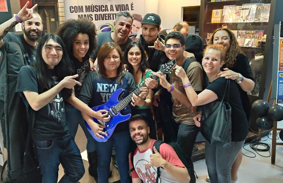 Gilmara da Silva Reis, ganhadora da gitarra Tagima.
