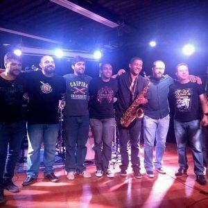 No palco: alunos do Prof. Fábio Marrone + grupo Mizifiu