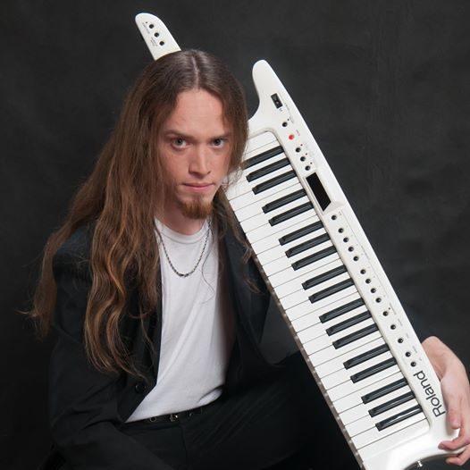 Flavio Sallin é multi-instrumentista e leciona na EM&T Online e no IT&T - Instituto de Teclado e Tecnologia da EM&T.