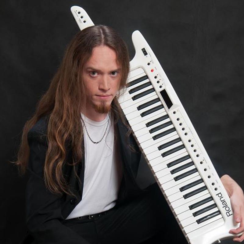 Flavio Sallin é professor de teclado na EM&T School of Rock