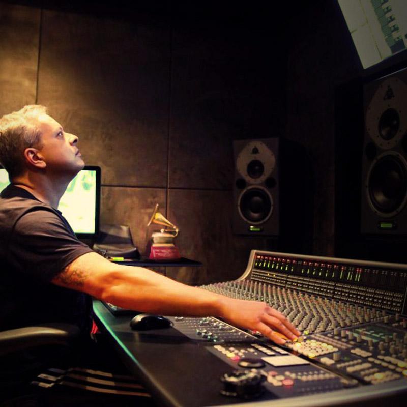 Alexandre Russo é professor na EM&T School of Rock