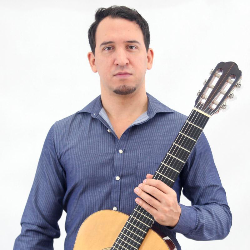 Leandro Latú é professor de violão na EM&T School of Rock