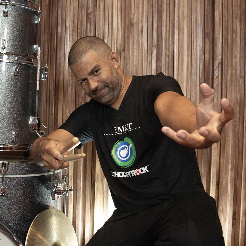 Alexandre Aposan é professor na EM&T School of Rock