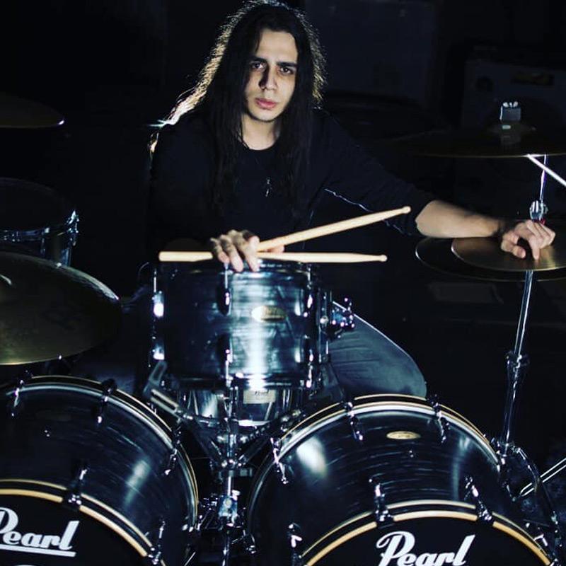 Chris Oliveira integra o time de professores de bateria na EM&T School of Rock.