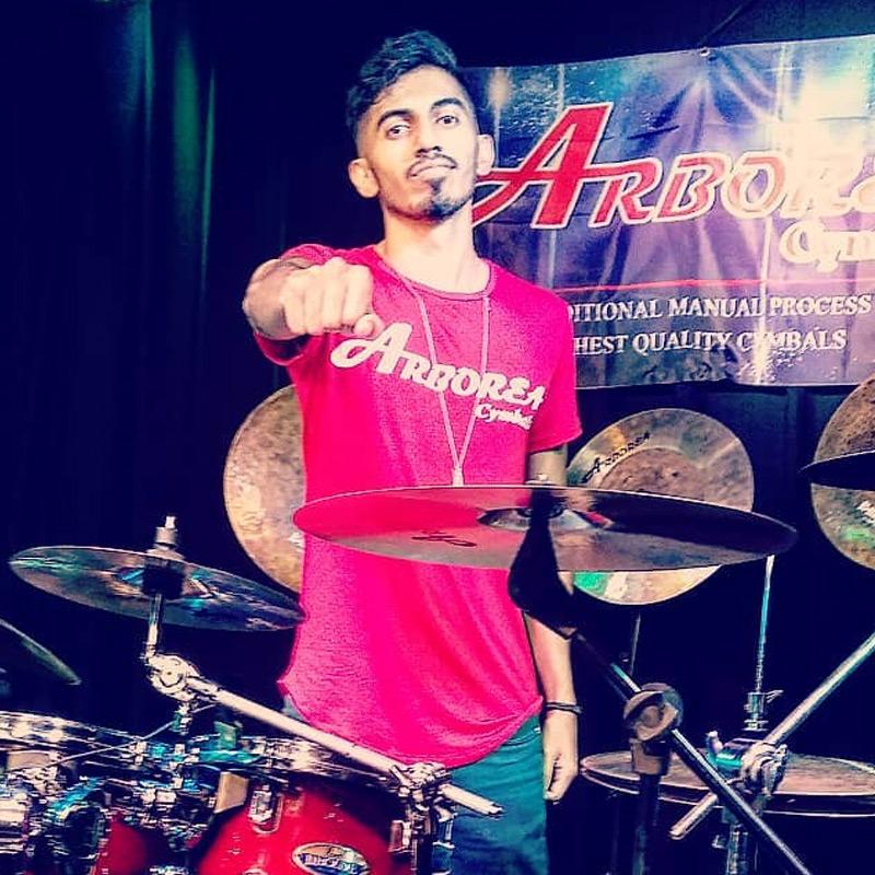 Danilo Santos é professor de bateria na EM&T School of Rock.