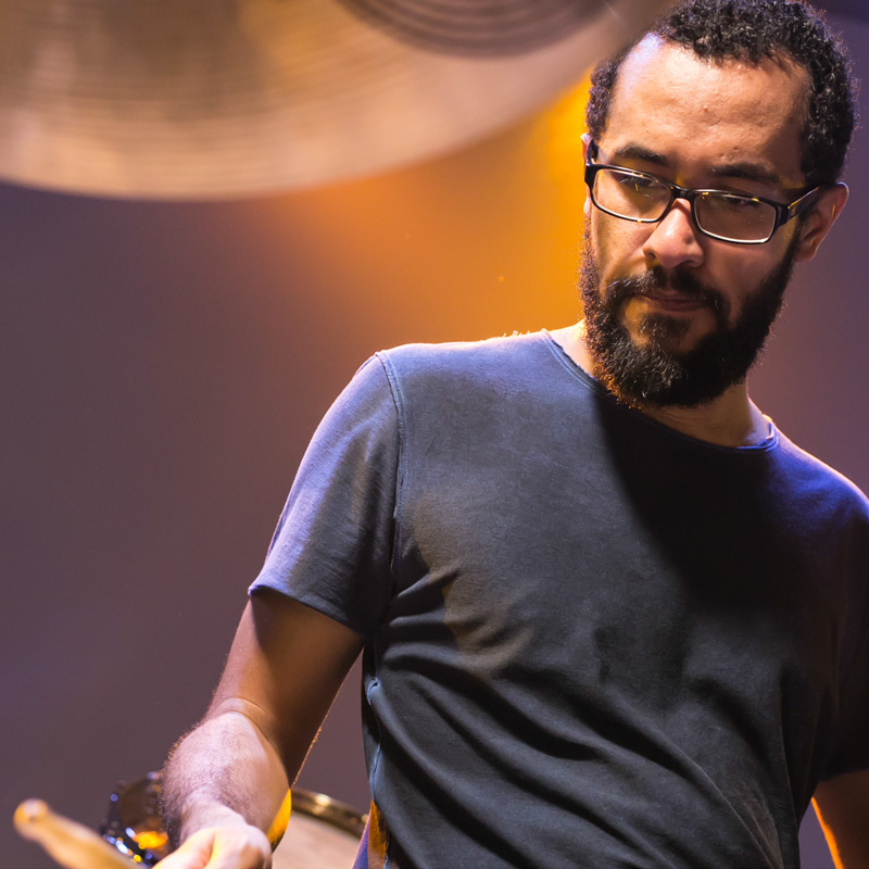 Eder Nogueira integra o time de professores de bateria na EM&T School of Rock.