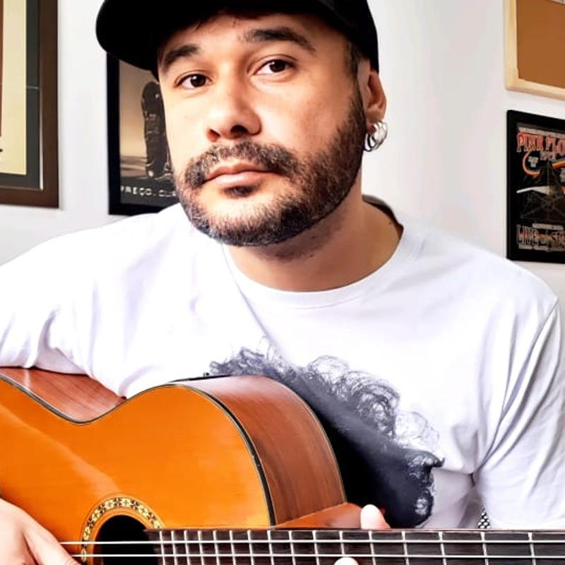 Anderson Ferreira é professor de violão na EM&T School of Rock