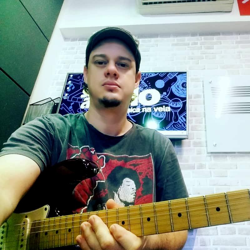 Thiago Orsioli, professor de guitarra na EM&T School of Rock